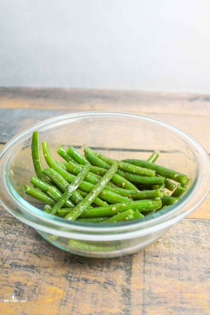 close up of cooked green beans in bowl