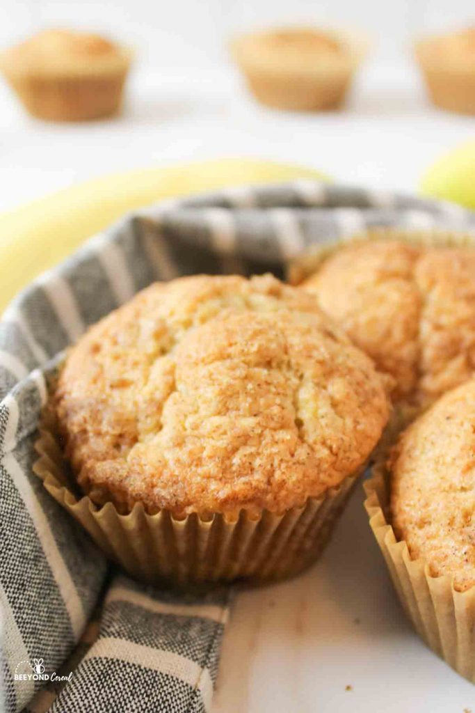 banana bread muffins with cinnamon crumble top